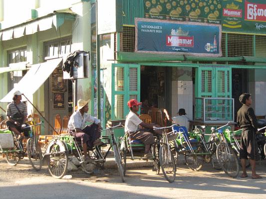 Fahrradrikschafahrer vor, nach oder während der Arbeit.