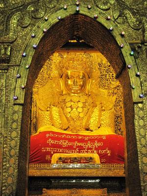 Die Mahamuni Paya beinhaltet einen 4 Meter hohen Buddha der seit mehreren Generation mit hauchdünnen Goldblättchen beklebt wird.