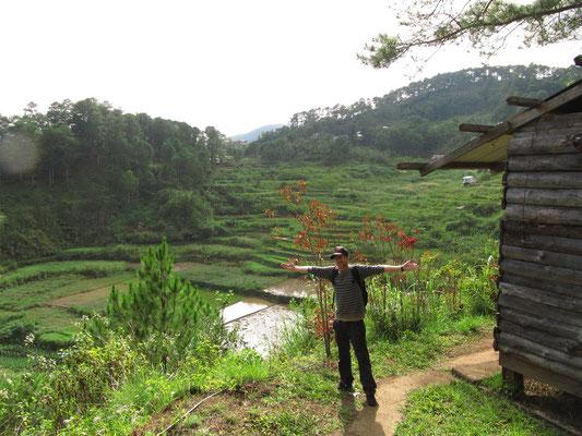 Glücklicher Wanderer auf dem Weg zum Bokong-Wasserfall.