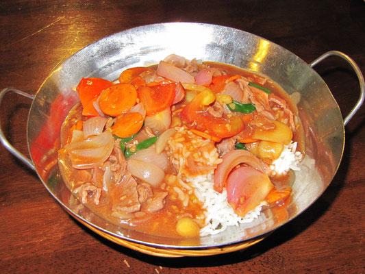 Tomaten-Rindfleisch auf Reis.