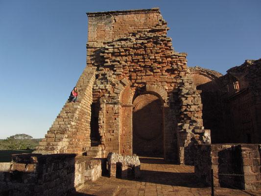 La Santisima Trinidad de Paraná gilt dank des der ebenfalls bestehenden Überreste vom Hauptplatz, des Friedhofs und der Wohngebäude der Indios als am besten erhaltene Jesuitenreduktion der Region.