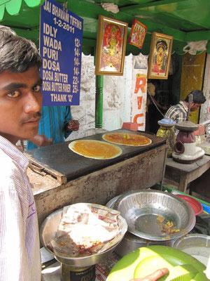 Masala Dosas (Masala = Gewürzmichung, Dosa = knuspriger Resipfannkuchen). Eines der wichtigsten südindischen Gerichte.