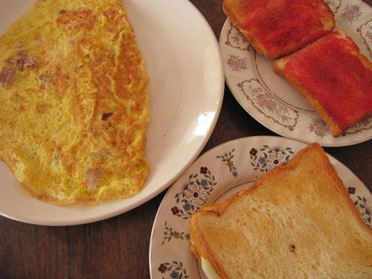 Frühstück: Omelette, Toast & Marmeladentoasts.