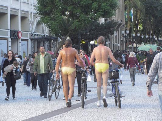 """Schön eingeölt die """"Strammen Mäxe"""" in der Innenstadt. Aber was wollen sie mit ihren Fahrrädern machen?"""