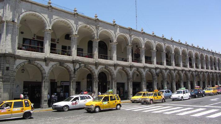 Die Arkaden am Plaza de Armas beherbergen neben dem Touristeninformationscenter auch unseren Supermarkt.
