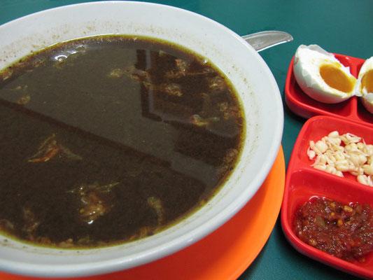 Soto Beef nach Surabaya Art mit gesalzenem Ei.