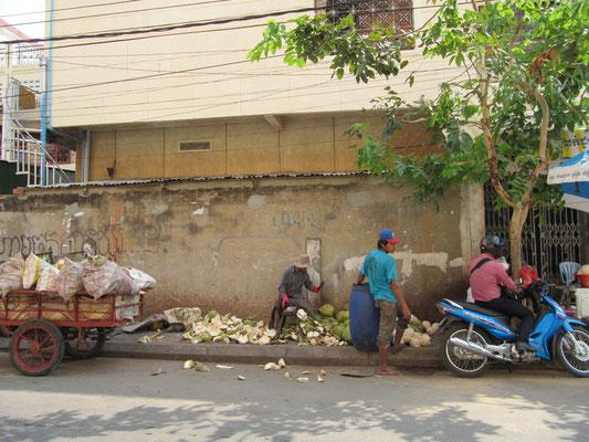 Kokosnussschäler am Straßenrand.