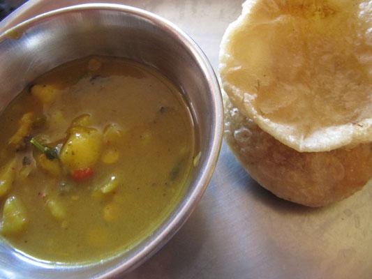 Frühstück: Dal (wichtiges Grundnahrungsmittel in Indien; meist aus Linsen oder anderen Hülsenfrüchten) & Puri (frittiertes Fladenbrot)