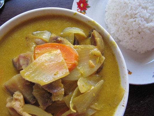 Gelbes Curry mit Hühnchen und Gemüse, dazu Reis.