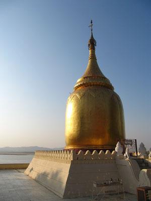 Die Bupaya-Pagode liegt hoch über dem Fluss Ayeyarwady (Irrawaddy). Sie zählt zu den ältesten Stupas Bagans und wurde wohl im 9. Jahrhundert erbaut. Das verheerende Erdbeben von 1975 hatte sie völlig zerstört; inzwischen ist sie wieder restauriert.