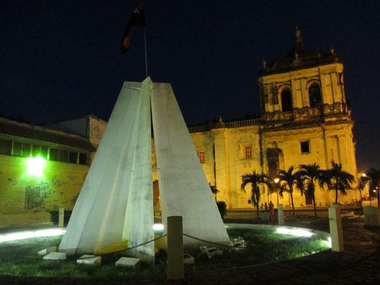Das Märtyrerdenkmal neben der Kathedrale.