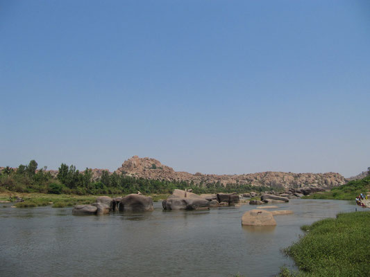 Der Tungabhadra-Fluß muß jedesmal mit der Fähre überquert werden, will man von Virupapur Gaddi nach Hampi Bazzar, wo die meisten Ruinen stehen.