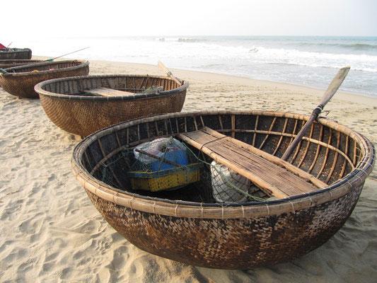 Fischerboote am Cua Dai Beach.