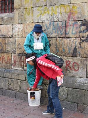 Chihi spendet einem Straßenkünstler.