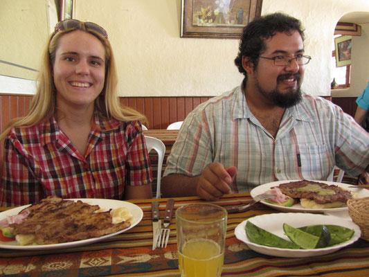 Unsere herzlichen Gastgeber Renata (Litauen) und ihr ecuadorischer Ehemann Juan beim vorzüglichen Mittagessen. Juan, selbsternannter ecuadorianischer Essensexperte, lud uns zu einem seiner Lieblingseesen ein. Das gegrillte Schwein war hervorragend.