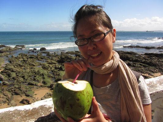Die letzte Kokosnuss genießen. Wird eine Weile dauern bis es wieder frische Nüsse gibt.