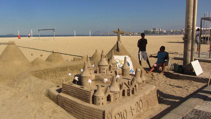 """Sandskulpturen. Der halbmondförmige, rund 4 km lange Strand (1 km Leme) mit der Promenade wird auch """"Princesinha do Mar"""" (Kleine Meerprinzessin) genannt und sah in den 1930er, 1940er und 1950er Jahren sein goldenes Zeitalter."""