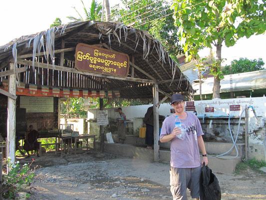 """Mann mit dem berühmten """"Intellegenzwasser"""". (Mya Kyauk Kyaung Kloster)"""