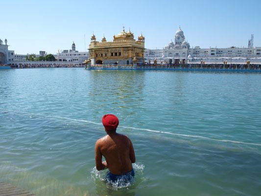 Der Tempel (Sikhs bevorzugen die Bezeichnung Gurdwara) liegt auf einer Insel im so genannten Nektarteich und ist mit Blattgold bedeckt. Umgeben ist der Tempel von einer Palastanlage.