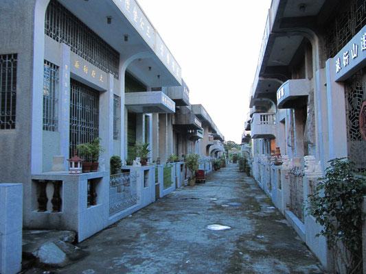 Unzählige Hausgrabstätten,an verkehrstauglichen Friedhofsstraßen erbaut, bilden zusammen eine ansehnliche urbane Nachbarschaft. (Chinesischer Friedhof)