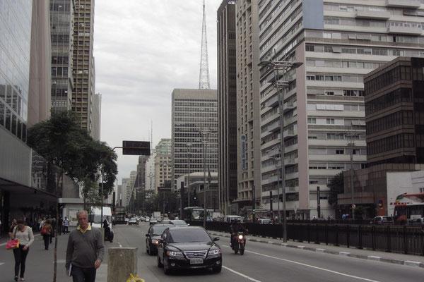 Die Avenida Paulista ist bekannt als einer der wichtigsten Finanzplätze Lateinamerikas sowie als markantes Wahrzeichen Sao Paulos. Die Straße zeigt ihre Bedeutung nicht nur als Zentrum der Wirtschaft, sondern auch bezüglich Unterhaltung und Kultur.