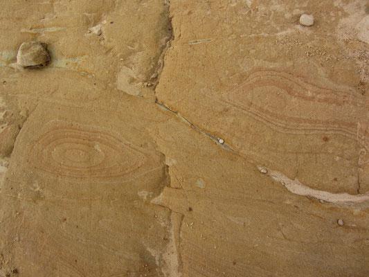 Holzähnliche Maserung im Stein auf dem Boden.
