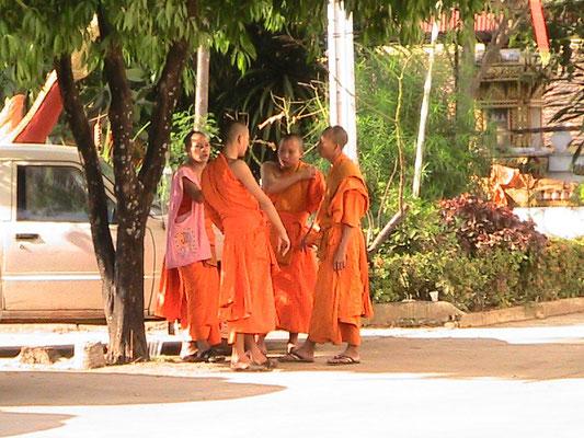 Junge Möche vor dem Haw Pha Kaew.
