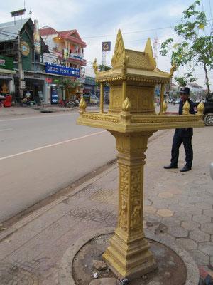 Ein buddhistischer Schrein mitten auf dem Bürgersteig.
