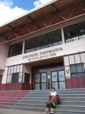 Vor der deutschen Schule Colegio Germania.