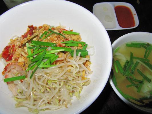 Reisnudeln mit Sojabohnesprossen, Schweinefleisch & Diversem, dazu Wan-Tan-Suppe.