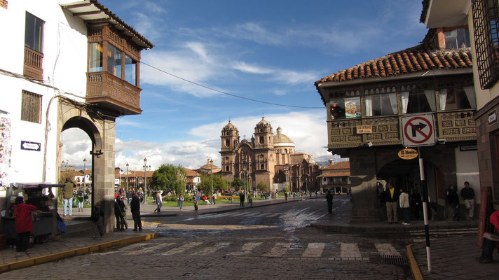 Blick auf Plaza de Armas mit La Compañía de Jesús im Hintergrund. Das auf den Grundmauern des Palastes von Huayna Cápac errichtete christliche Sakralbauwerk besticht durch den reich dekorierten Innenbereich.