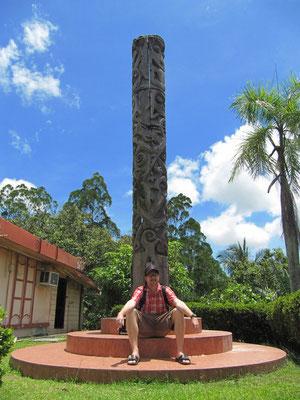 """Ein Totempfahl neben dem """"Brunei Museum""""."""