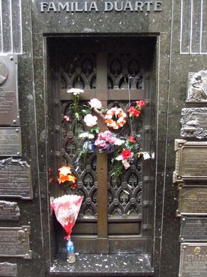 Die bekannteste Persönlichkeit, die auf dem Friedhof ihre letzte Ruhestätte fand ist sicherlich Evita Peron. Auch heute noch wird ihr Grab von vielen Menschen aus In- und Ausland täglich besucht.