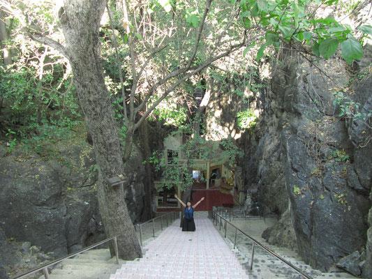 Die steile Treppe hinunter in die Fisch-Höhle.
