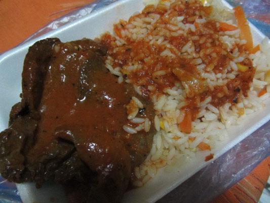 Rindfleisch mit Soße und Reis vom Markt.