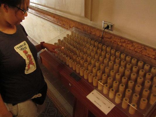 Elektrische Spendekerzen in der Kathedrale.