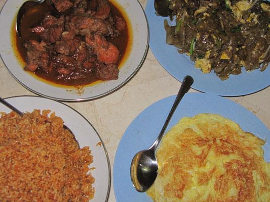 Frühstück. Nasi Goreng, Omelette, Hühnchen-Curry & Nudeln mit Gemüse.