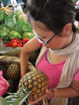 Ananasexpertin im Zentralmarkt.