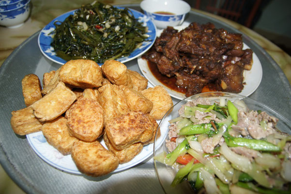 Omas frittierter Tofu, ihre süß-saure Pork Rips, Wasserspinat gebratenes Rindfleisch mit versch. Gemüse.