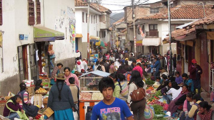 Auch außerhalb des offiziellen Marktes wird der Hungrige fündig. Mütterchen verkauft, was Mütterchen nicht mehr braucht.