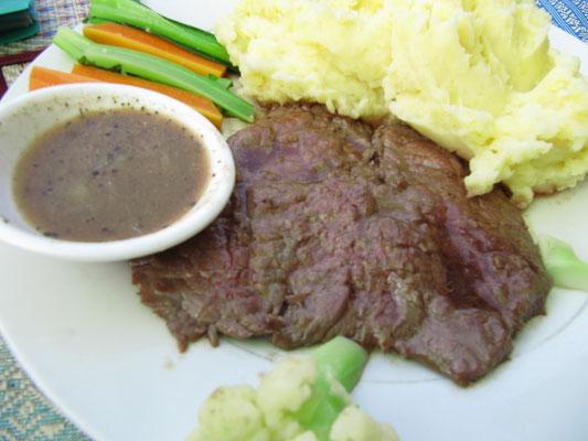 Rindersteak mit selbstgemachtem Kartoffelbrei, Gemüse der Saison und Zitronen-Pfeffer-Soße.