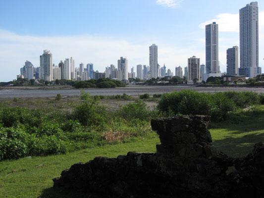 Blick von Panama Vieja auf die Skyline.