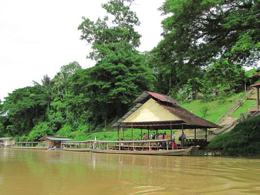 Kuala Tembeling. Abfahrtspunkt in den Regenwald.
