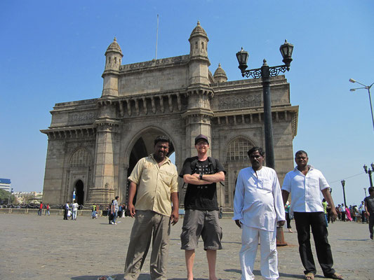 Vor dem Gateway of India.