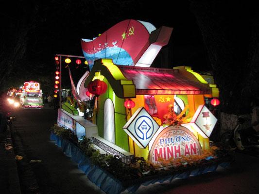Geschmuecktes Fahrzeug - Strassenparade anlaesslich des 35. Geburtstags des vereinigten Vietnams.