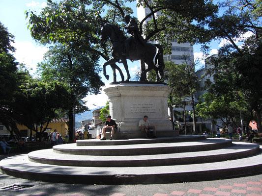 """Statue des """"Befreiers"""" Bolivar im Parque Bolivar."""