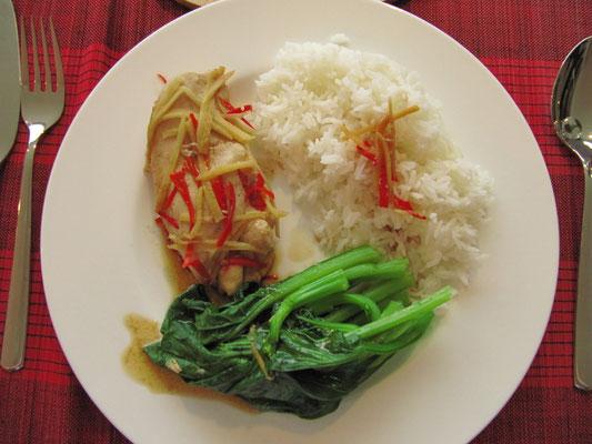 Hühnchenbrust mit Chilli und Ingwer, dazu gedämpftes Gemüse und Reis. (zuhause)