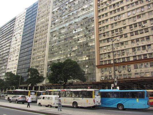 Rio hat deutlich über 10 Millionen Einwohner und zählt damit zu den Megacities unseres Planeten. Auch Downtown ist dicht bewohnt.