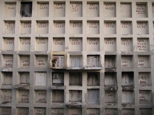 Urnengräber sind die günstigste Bestattungsmethode. (Chinesischer Friedhof)