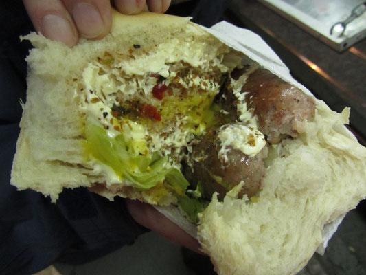 Das ist also ein Choripan, ein Brot mit Wurst, eine Lebenshaltung, eine Identität im Fastfoodkleid.